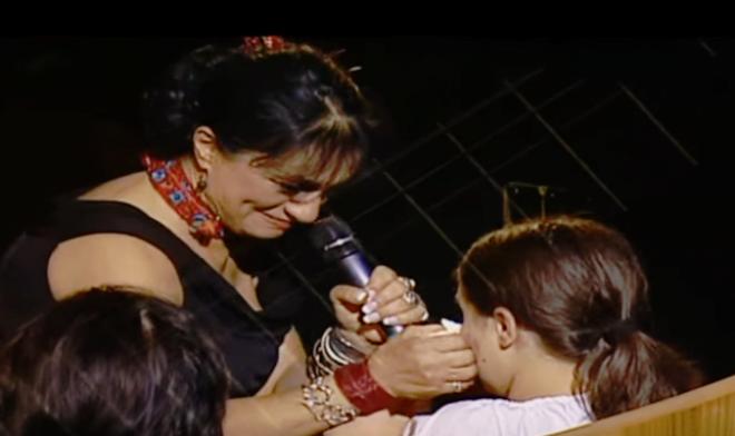 Ritka pillanat, amikor a zokogó kislányának énekli az édesanya a csodaszép dalt...