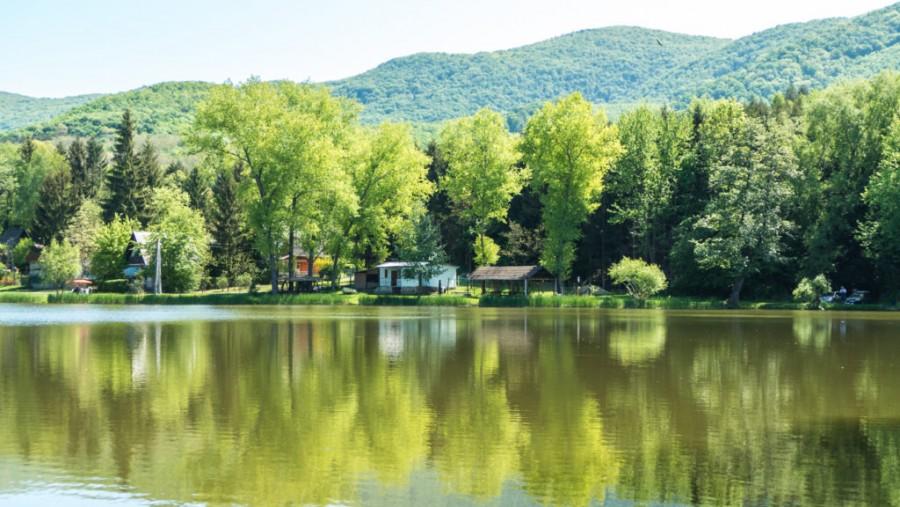 Romantikus hegyi tó a Bükk ölelésében